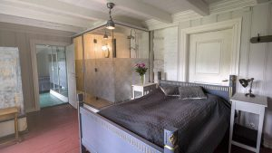 Soverommene på Skrivergaarden er innredet med klassiske møbler og håndlagede Louis Seizesenger.